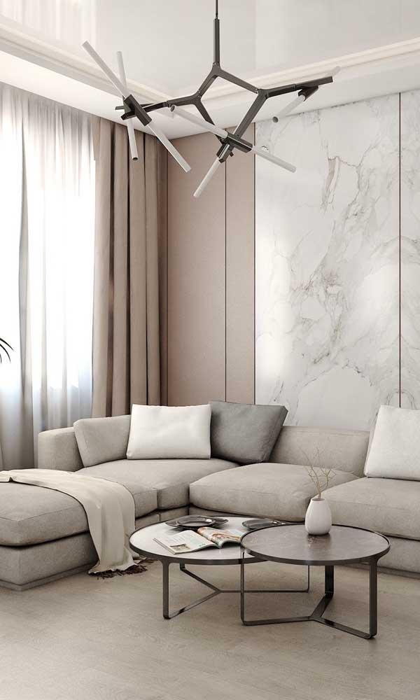 Os elementos nobres da decoração, como o mármore, não causam contraste com a sanca de isopor, pelo contrário, eles se complementam