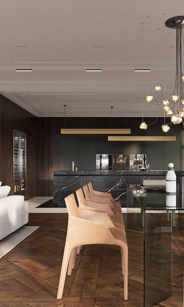 Sanca de isopor em estilo clássico e rebuscado para essa sala de jantar contemporânea