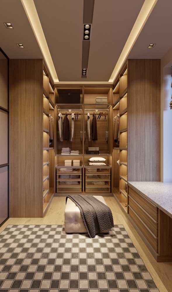 Sanca de isopor para o closet. A iluminação embutida valoriza ainda mais a proposta