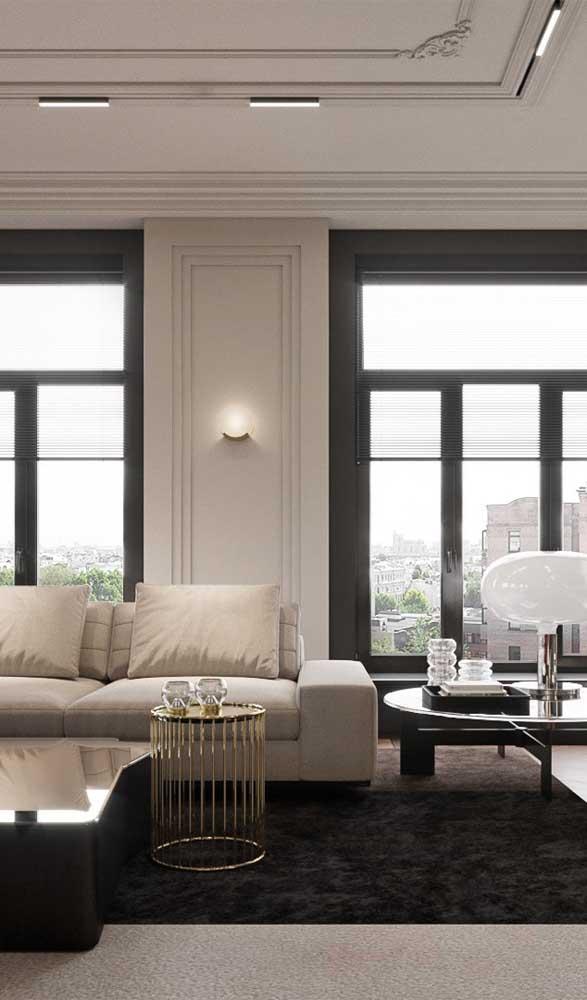 Sancas e boiseries de isopor convivem harmoniosamente nessa sala de estar super elegante