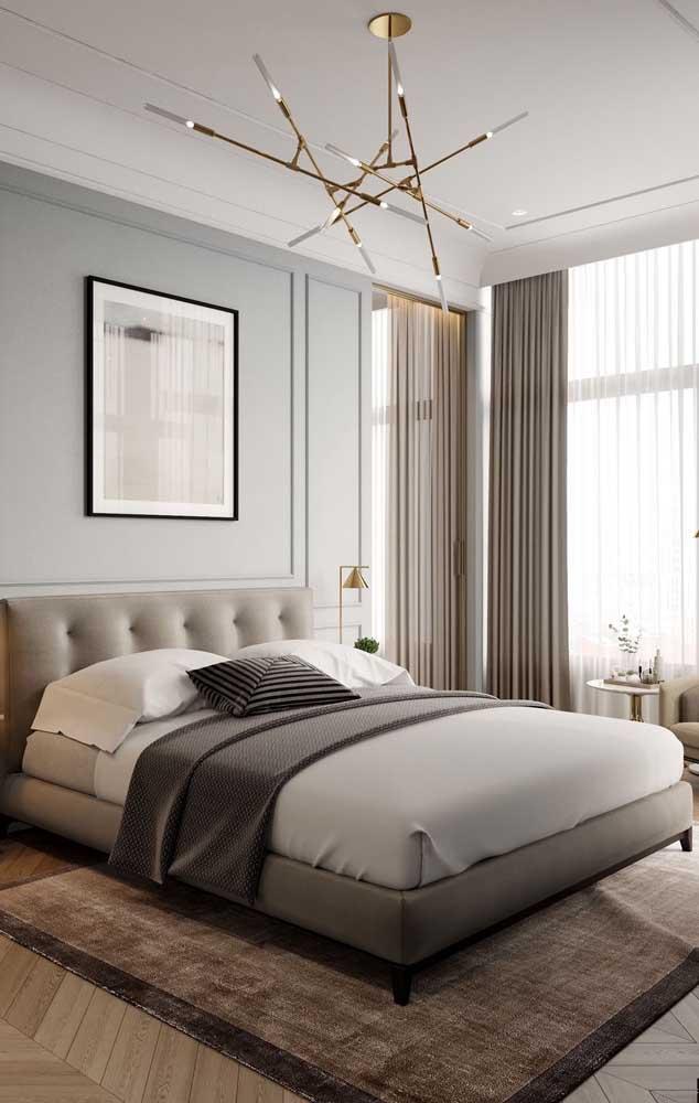 Cortina e luminária completam o visual dessa sanca de isopor no quarto do casal