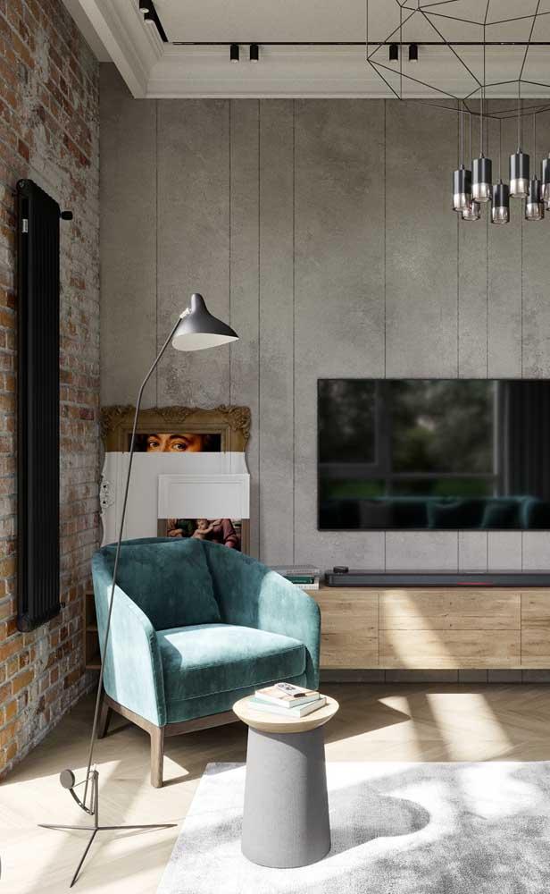 Lindo contraste entre a decoração de estilo moderno e industrial com a sanca de isopor clássica