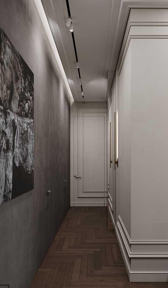 Sanca de isopor com iluminação cobrindo toda a extensão do corredor