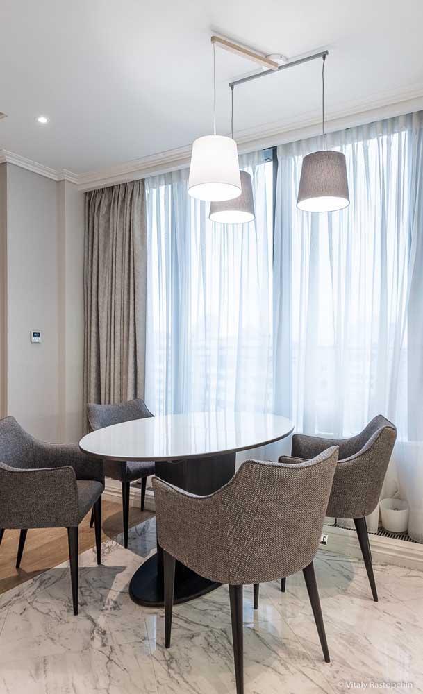 Sala de jantar clássica com sanca de isopor e cortineiro. A diferença entre o gesso e o isopor é imperceptível
