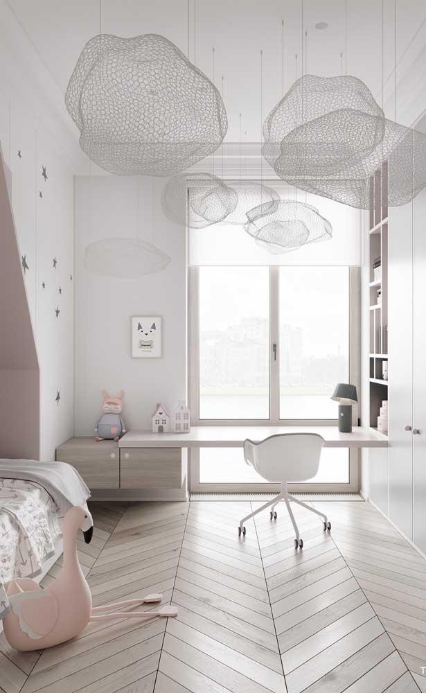 No quarto infantil, a sanca de isopor completa a proposta delicada de decoração