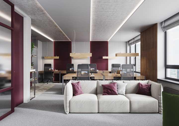 Essa sala de estar é um belo exemplo de como é possível unir o moderno com o clássico