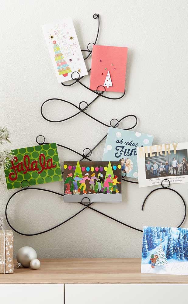 Árvore de natal de parede pequena e aramada decorada com cartões