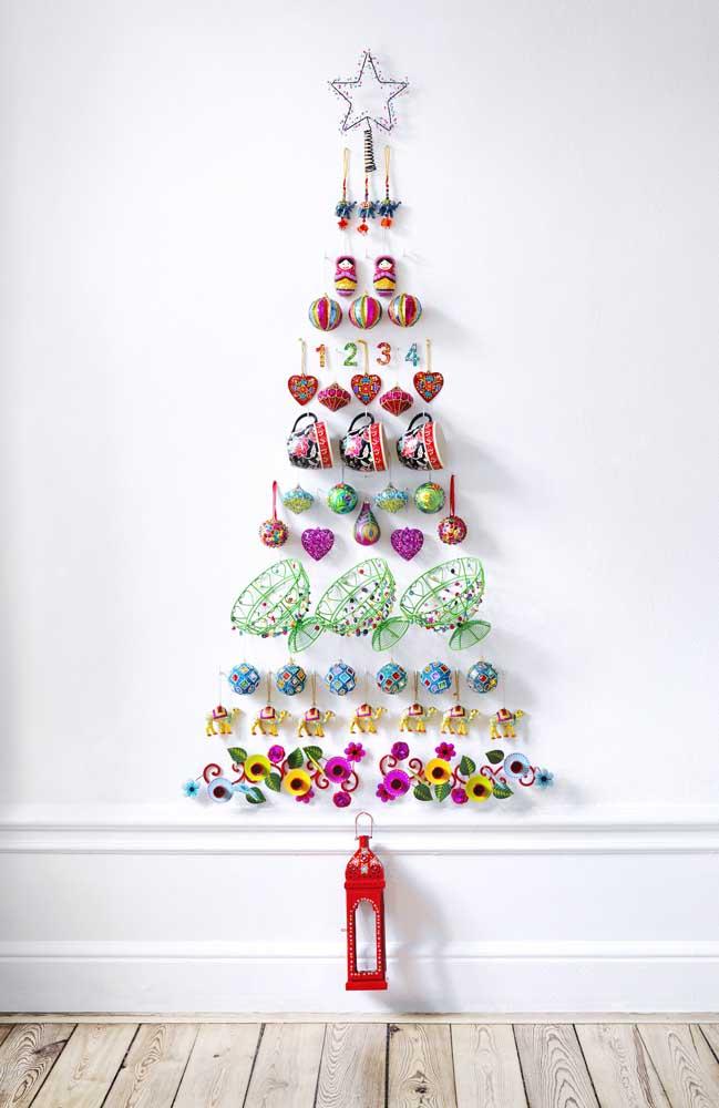 Utensílios de cozinha e outros objetos decorativos também podem entrar na árvore de natal de parede