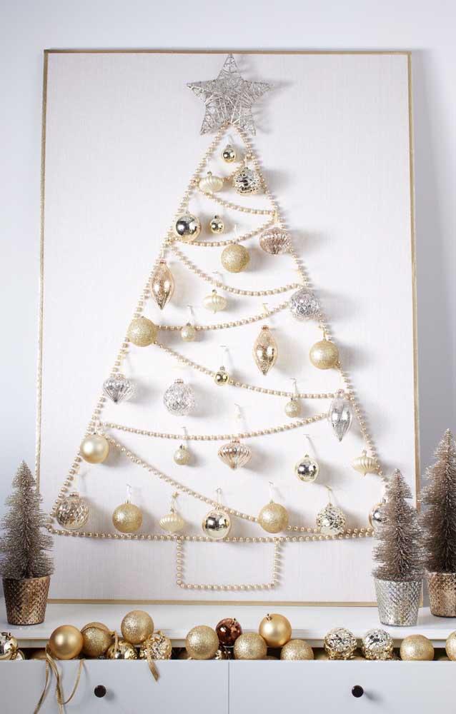 Que tal uma árvore de natal de parede feita com cordão de pérolas?