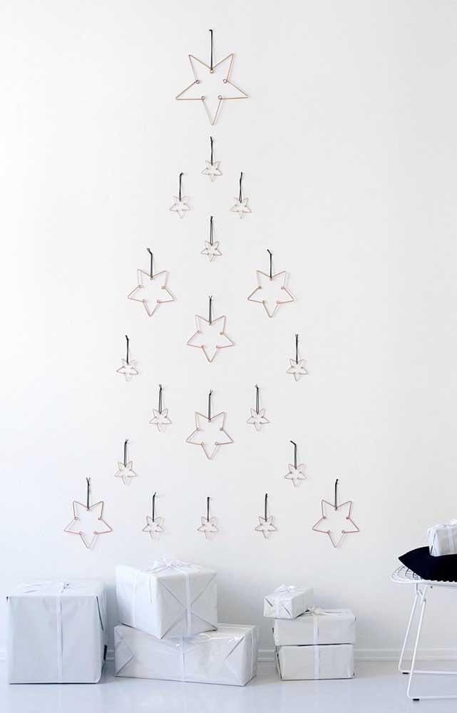 Estrelinhas alinhadas em formato de árvore na parede