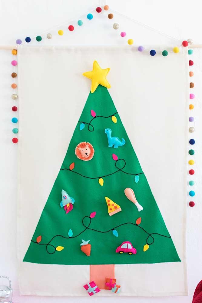 Para o quarto infantil a sugestão é uma árvore de natal de parede de feltro