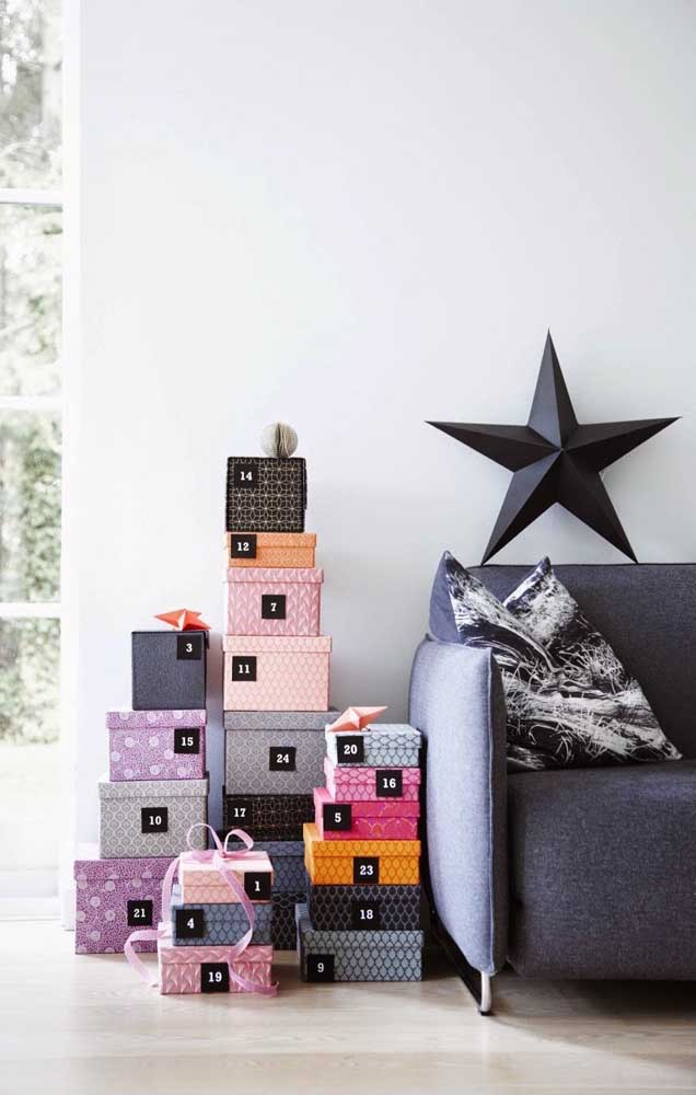 Pilha de presentes em formato de árvore: simples e objetiva