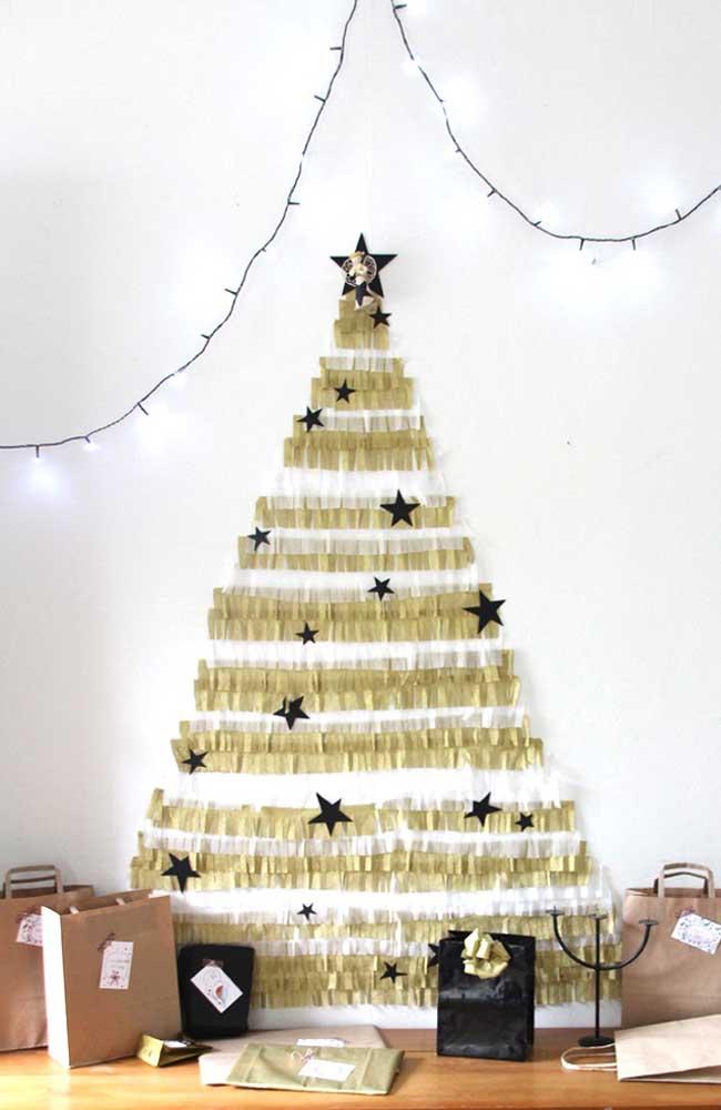 Já por aqui a árvore ganha vida com papel crepom dourado e algumas estrelinhas