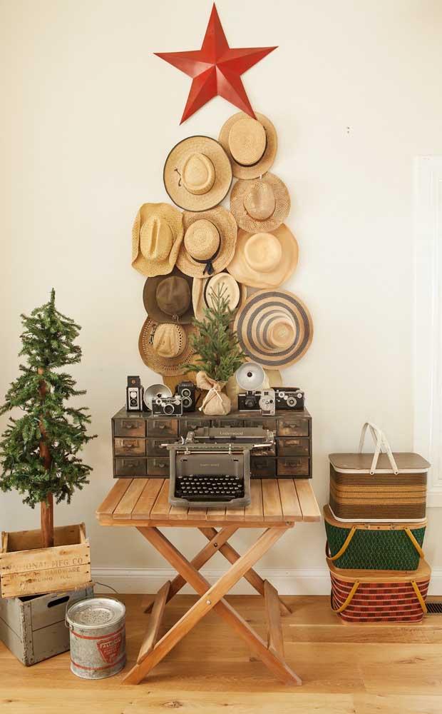 Olha que proposta original: árvore de natal de parede feita com chapéus