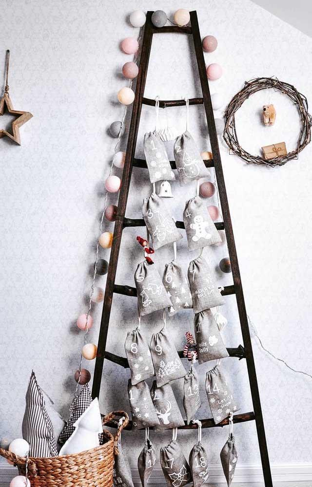 Aqui, a escada de parede virou árvore de natal