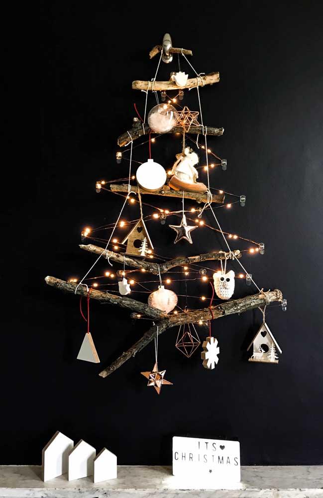 Galhos secos suspensos são o charme desse modelo de árvore de natal de parede