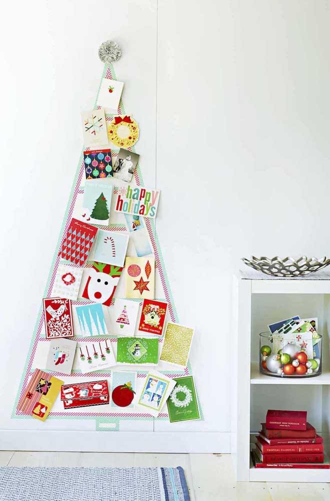 Cartões natalinos preenchem essa árvore feita com fita
