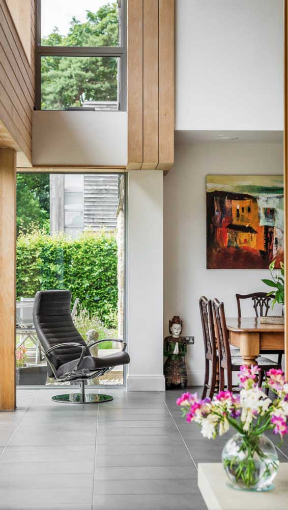 Outra forma de inserir a cadeira giratória presidente na decoração. Aqui, ela completa o ambiente integrado pela sala de jantar