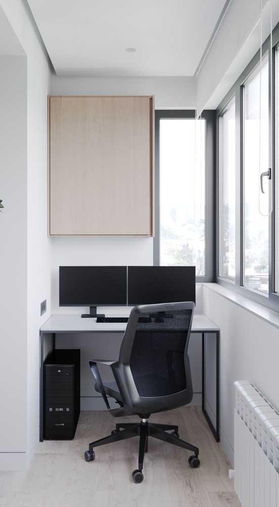 Cadeira giratória preta para o pequeno home office na varanda do apartamento