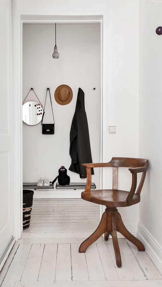 Cadeira retrô de madeira modernizada pelo sistema giratório