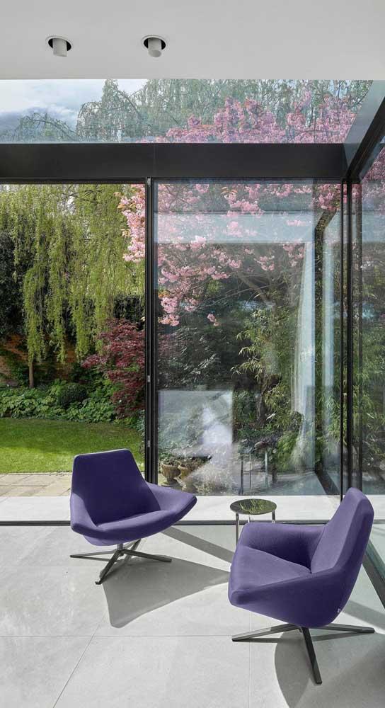 Conforto e estética impecáveis nessa dupla de cadeiras giratórias roxas
