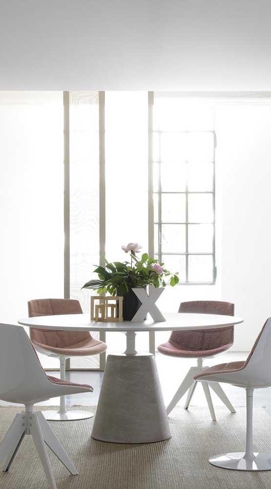 Cadeiras giratórias brancas de base fixa para a mesa de jantar redonda