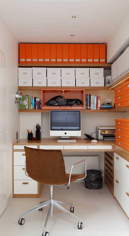 Aqui, a cor da cadeira giratória casou perfeitamente com a paleta de cores do escritório