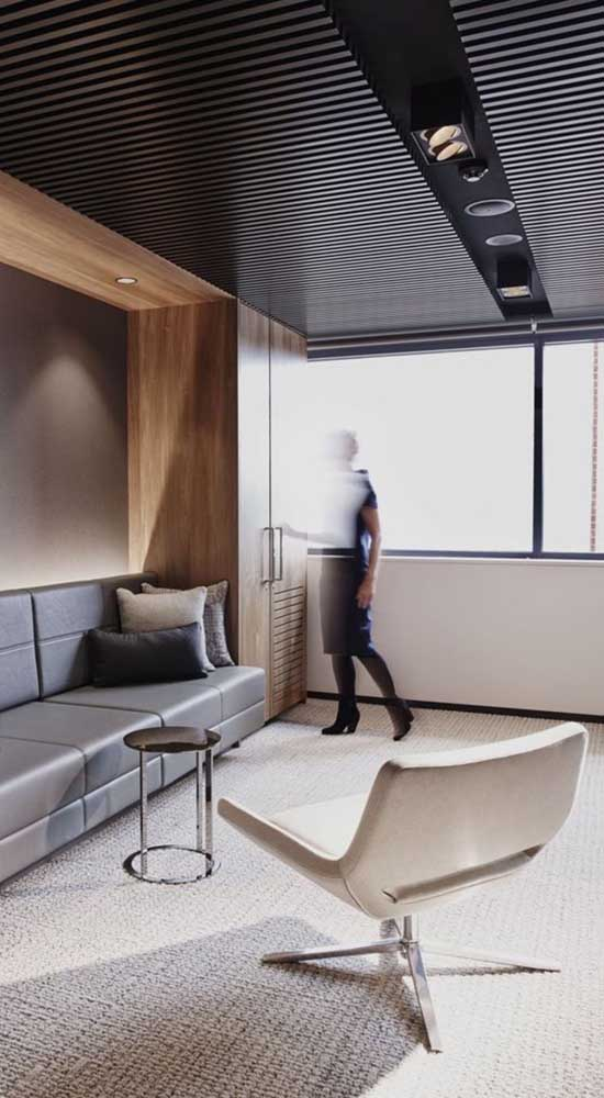 A sala de estar moderna ganhou uma cadeira giratória branca