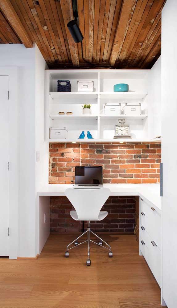 A cadeira giratória branca segue a decoração escolhida para o escritório