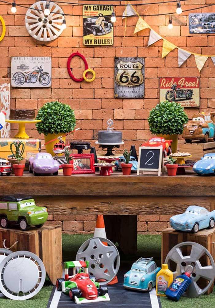 Veja essa decoração carros caprichada para um aniversário de 2 anos.