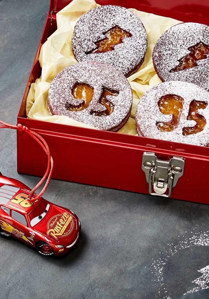 Que tal preparar uma caixa estilosa com biscoitos personalizados com o tema carros.
