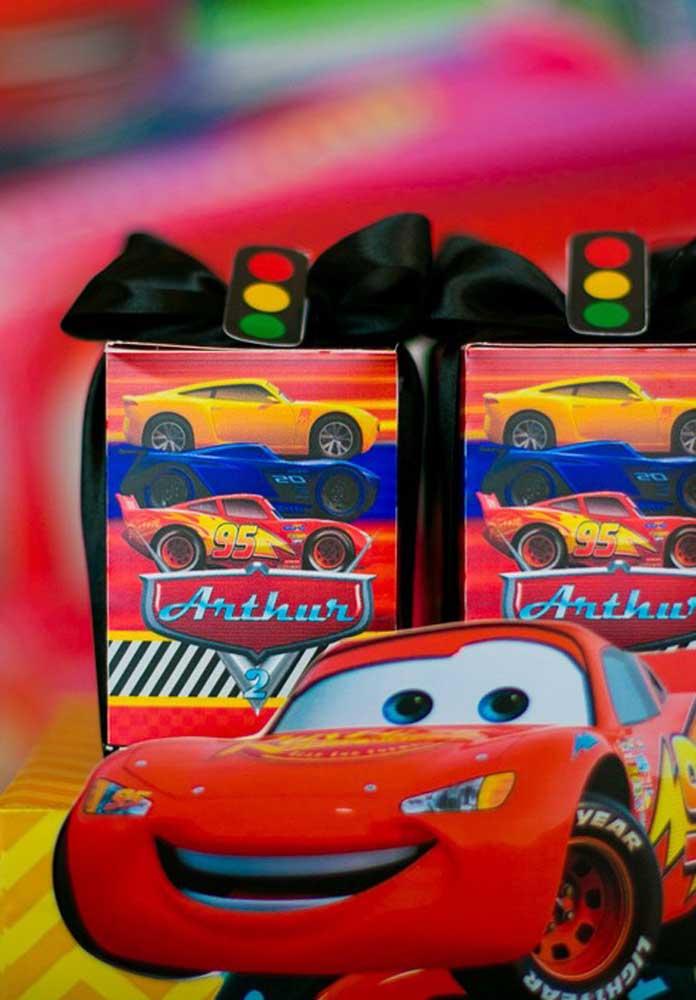 Já sabe como será a lembrancinha carros? Olha essa ideia para você se inspirar.