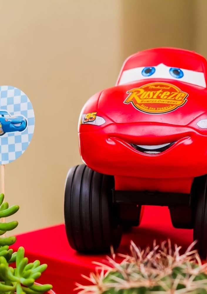 Os personagens do filme Carros não podem faltar na decoração.