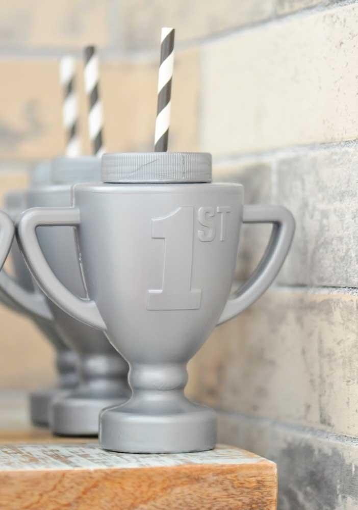 Que tal presentear cada convidado com um copo no formato de troféu?
