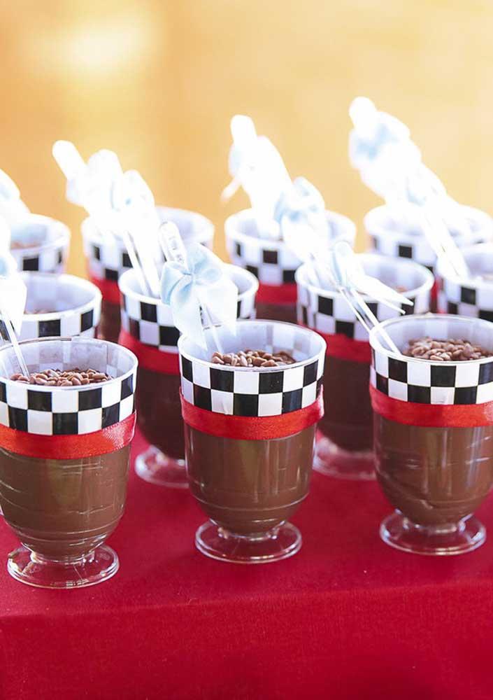 Veja como você pode decorar as taças para servir a sobremesa.