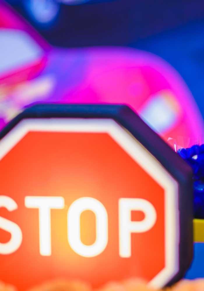 Na festa dos carros não pode faltar plaquinha stop.