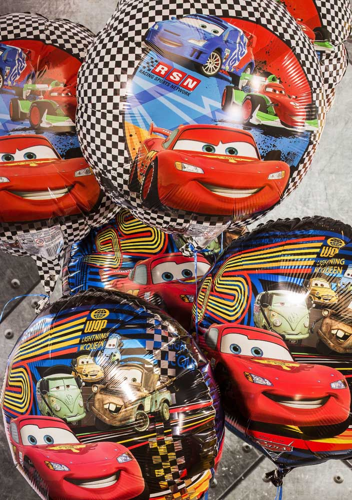 Decore a festa com balões personalizados com o tema carros.