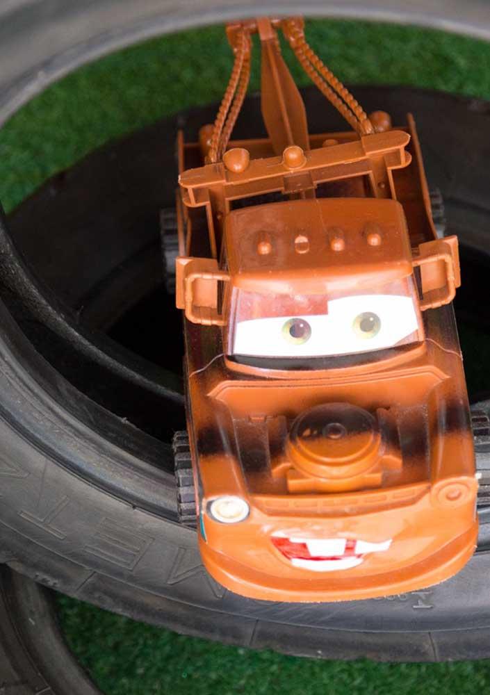 Pegue a coleção de carros do seu filho para decorar a festa.