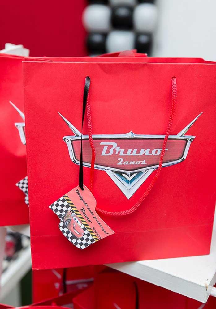 Para a lembrancinha carros você pode usar uma sacola personalizada como essa.