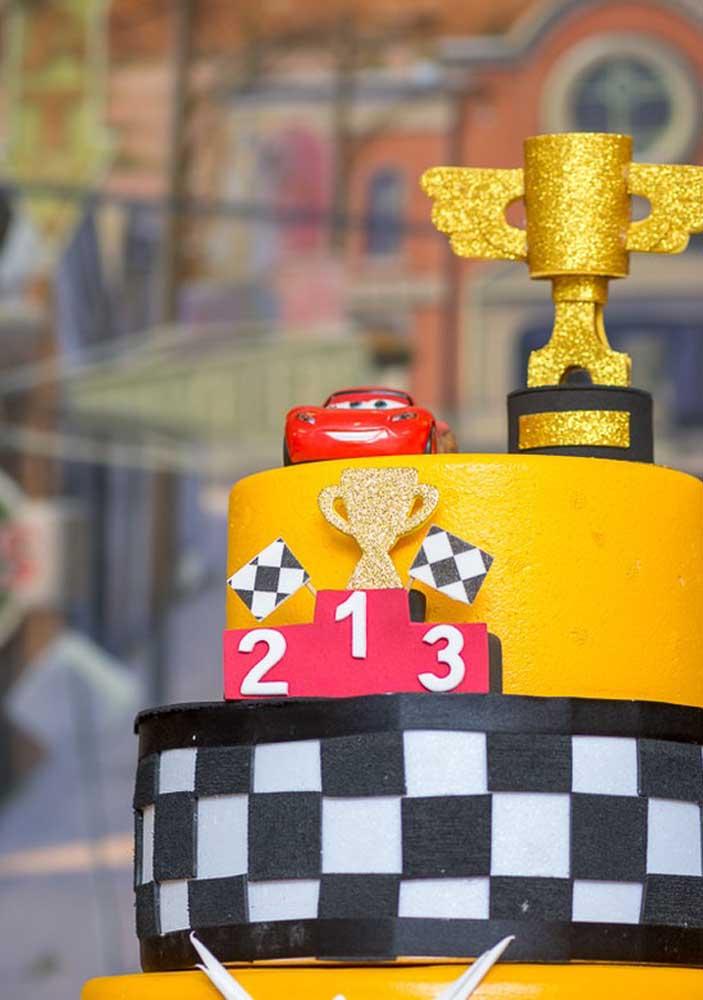 Nada melhor do que colocar um lindo troféu no topo de bolo carros.