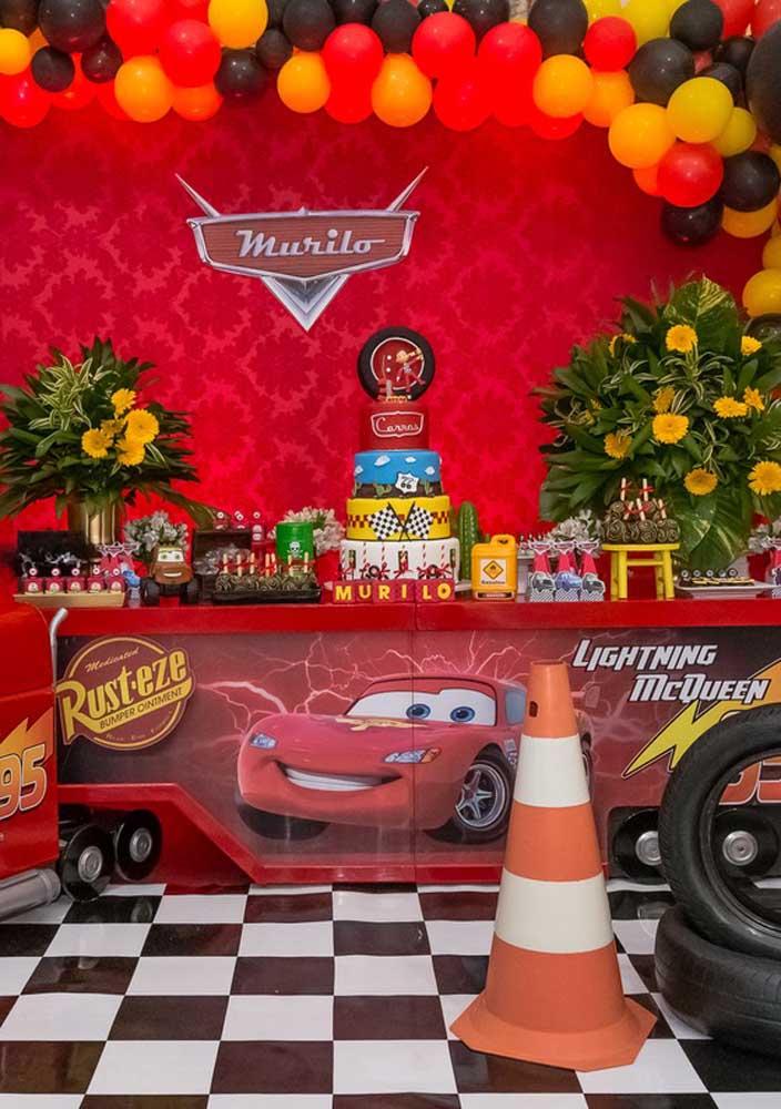 Bolo fake carros para deixar a mesa principal da festa mais chamativa.