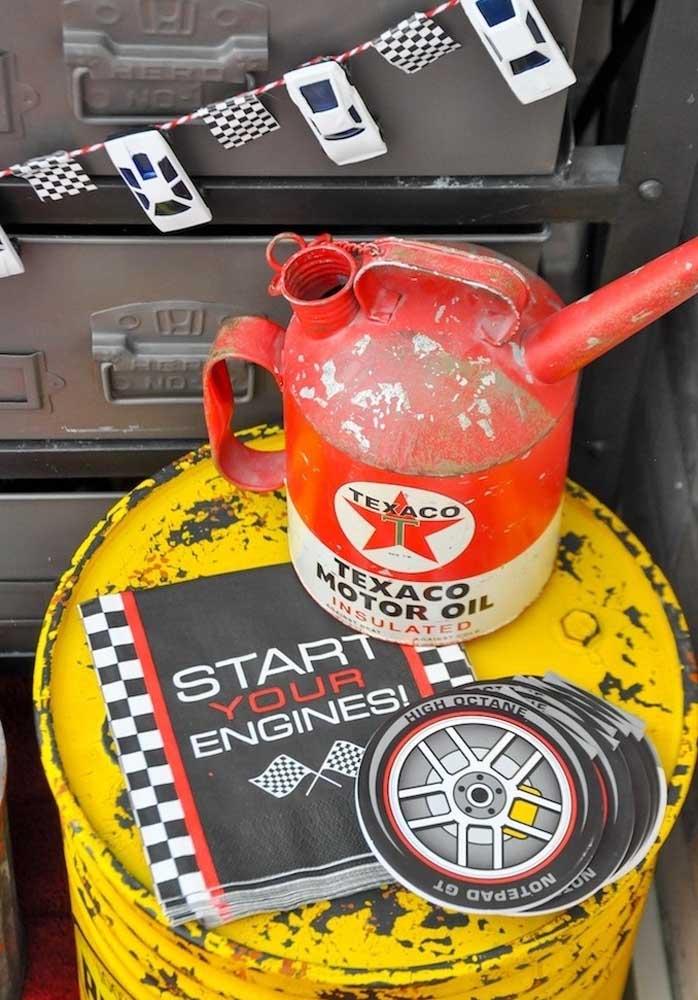 Pegue algumas peças de borracharias e coloque na decoração da festa carros.