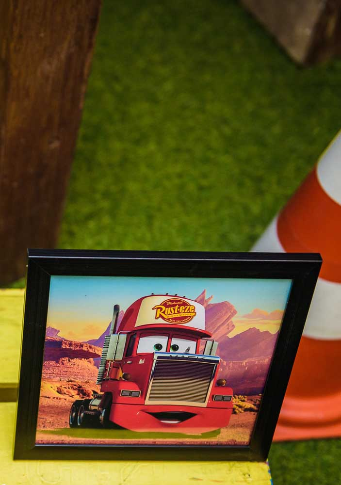 Prepare quadros com imagens do filme carros e coloque em alguns cantinhos da festa.
