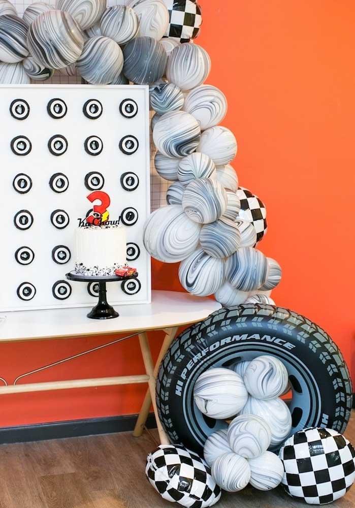 Usando a criatividade você consegue fazer uma decoração diferenciada para o tema carros.