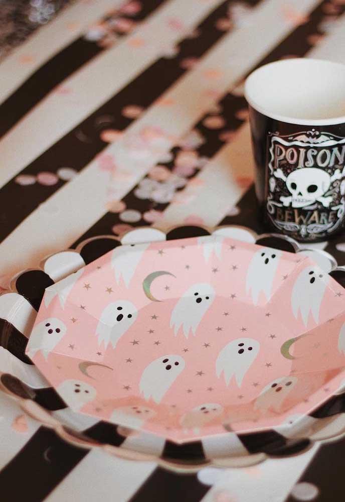 Pratinhos descartáveis para um Halloween em tons de preto, branco e rosa
