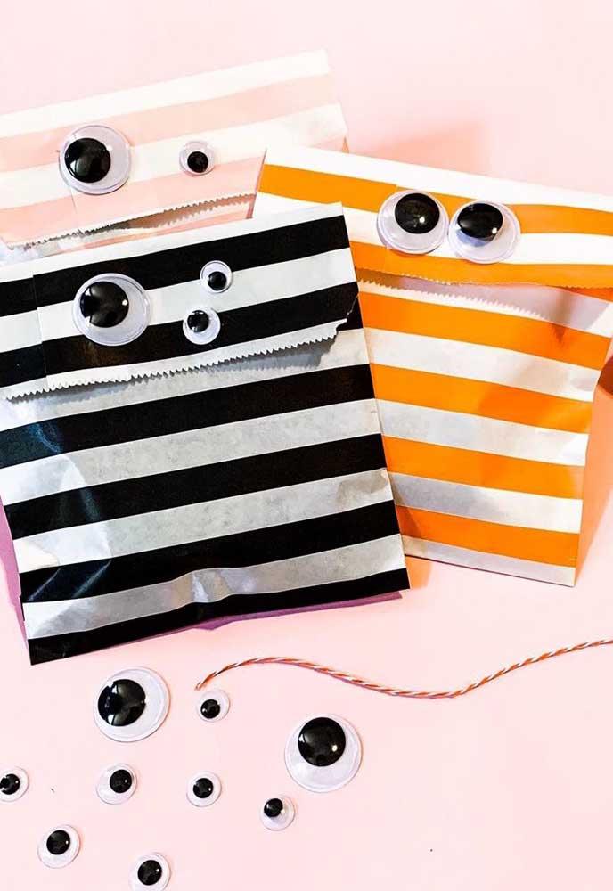 Olha que ideia fácil de lembrancinha de Halloween! Saquinhos de papel com olhinhos para imitar monstrinhos