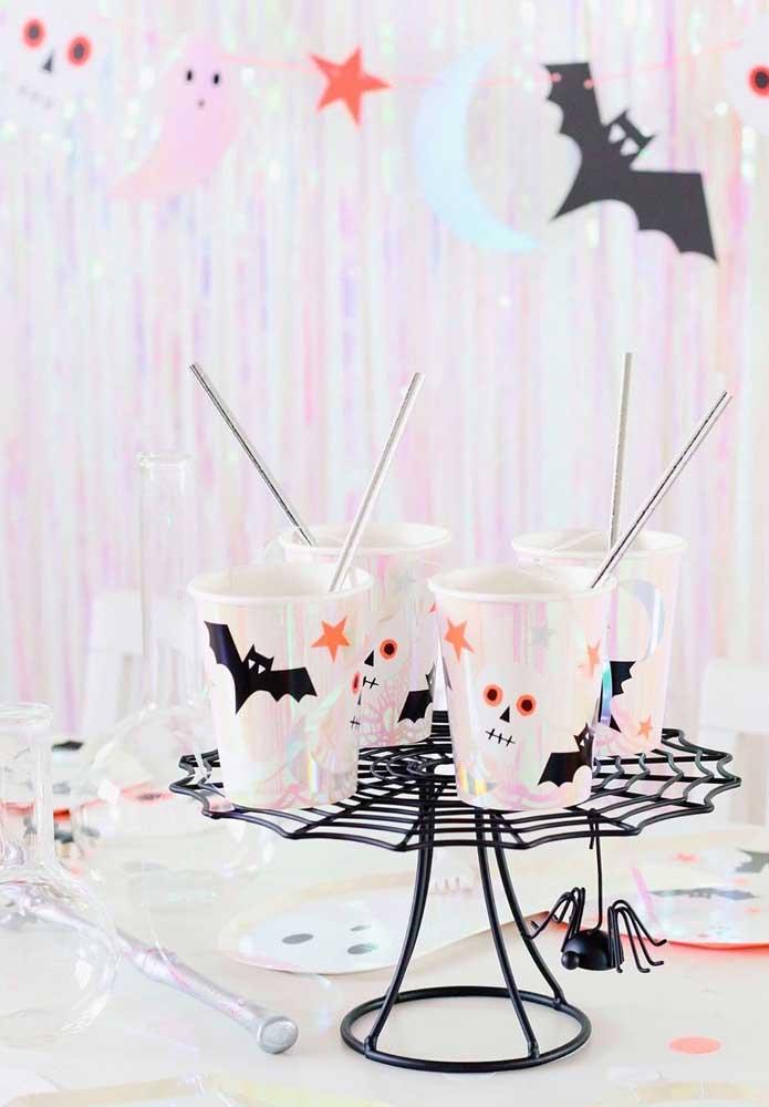 Personalize os copos da festa de Halloween usando morcegos, caveiras e aranhas recortadas de papel