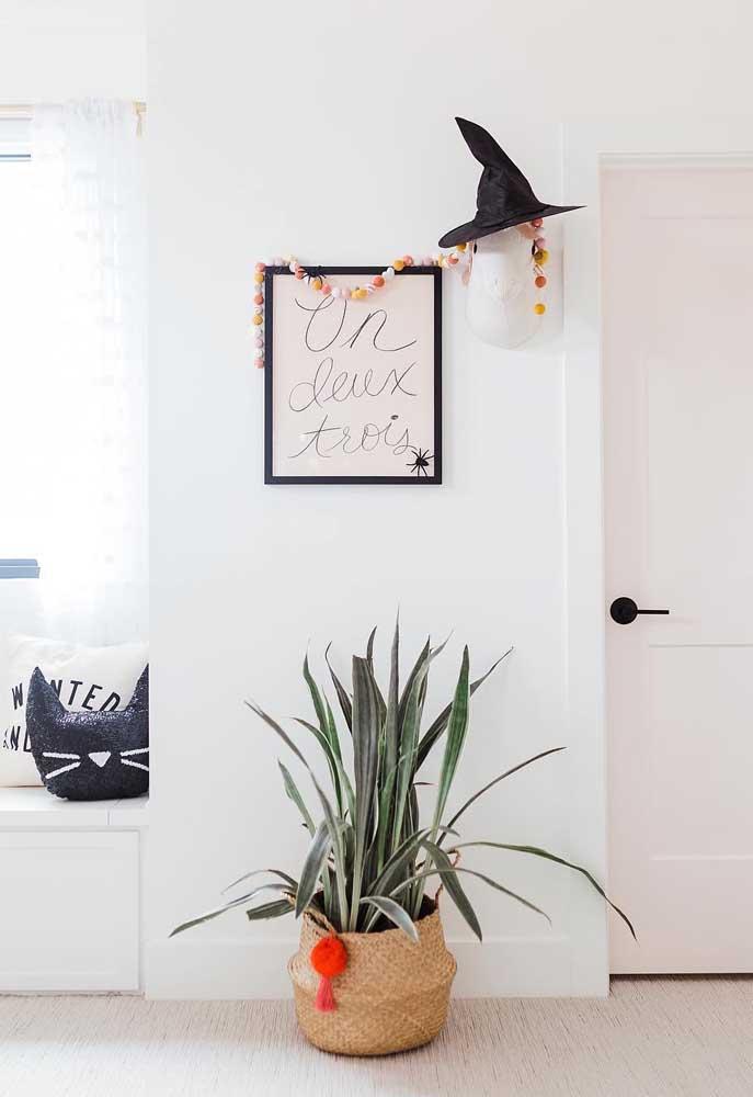 Decoração simples e marcante para o Halloween bem no hall de entrada da casa: um chapéu de bruxa!