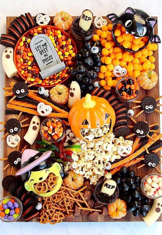 Fantasmas feitos de banana, abóboras com a boca cheia de pipoca e aranhas de bolacha recheada: uma mesa de doces bem criativa nesse Halloween