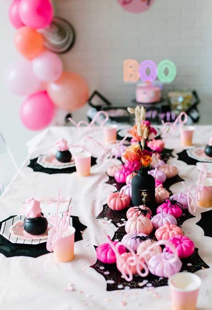 Alhos coloridos enfeitam a mesa e espantam os vampiros